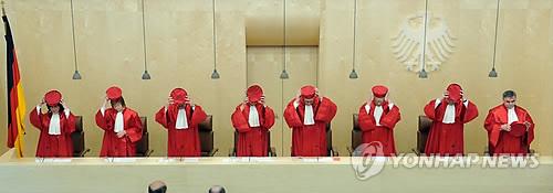 안드레아스 포스쿨레 독일 연방헌법재판소장 등 재판관들의 모습