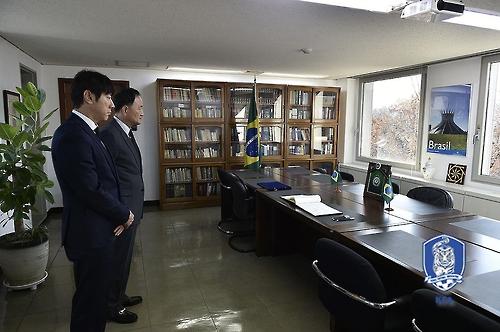 브라질 대사관을 방문한 김호곤 부회장(오른쪽)과 신태용 감독[축협 제공]