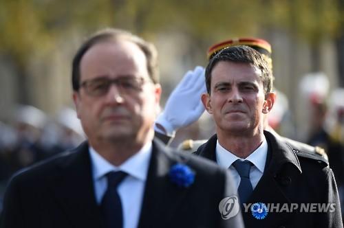 올랑드 대통령 뒤에 선 발스 총리(우)[AFP=연합뉴스 자료사진]