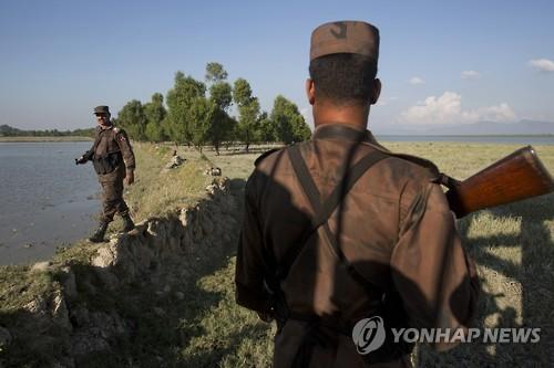 국경 넘는 로힝야족 감시하는 방글라데시 국경수비대원[AP=연합뉴스 자료사진]