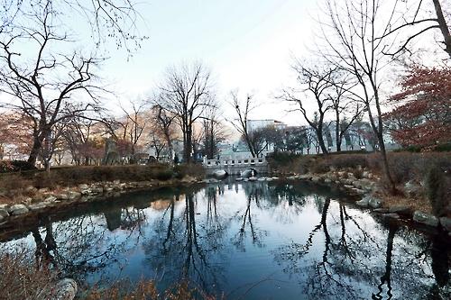 수면이 잔잔한 황지 연못