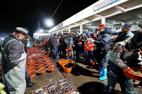 해산물 경매가 이뤄지는 후포항 모습