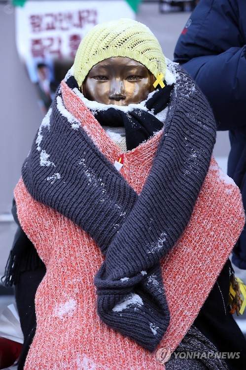 옛 일본 대사관 앞에 설치된 '평화의 소녀상'