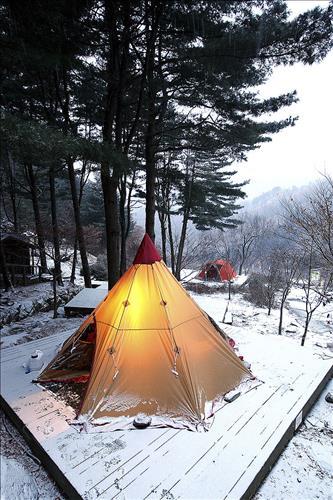 대형 텐트 설치가 가능한 나무 데크