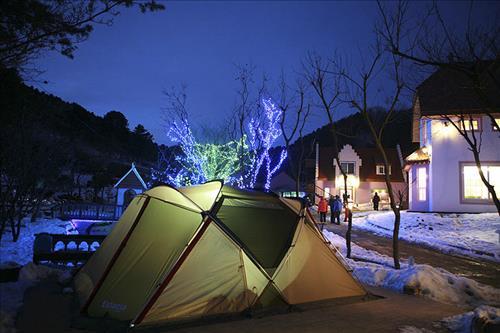 하얀 눈이 쌓인 스노 캠핑장