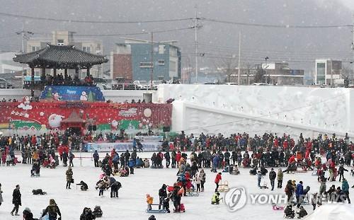 눈 내리는 산천어축제장 21일 모습[연합뉴스 자료사진]