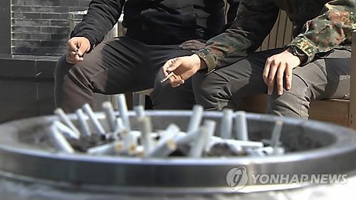 담배 피우는 남성들 [연합뉴스 자료사진]