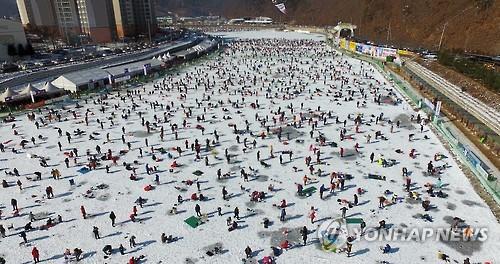 주말인 22일 산천어축제장 모습[연합뉴스 자료사진]