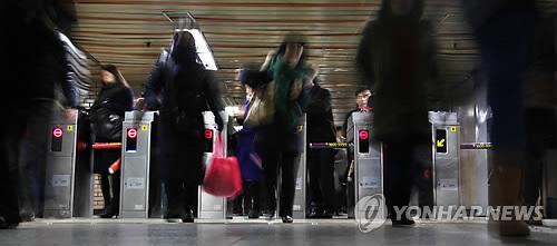 지하철 이용하는 시민들 [연합뉴스 자료사진]