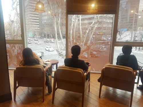 서울 시내 커피전문점의 1인용 좌석