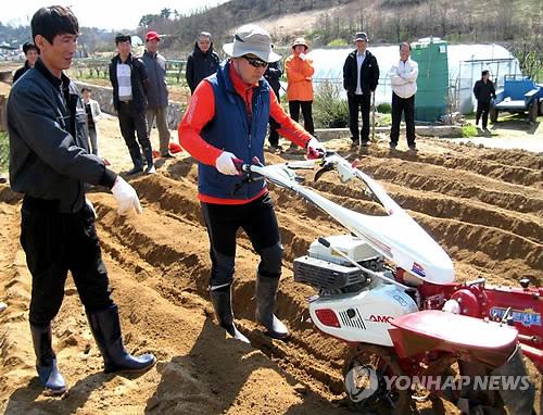 농기계 운전 배우는 예비 귀농인 [연합뉴스 자료사진]