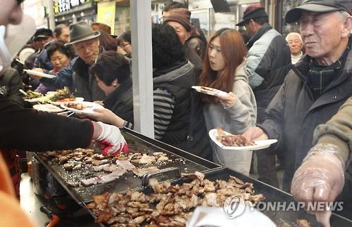 먹을거리 풍성한 삼겹살축제[연합뉴스 자료사진]