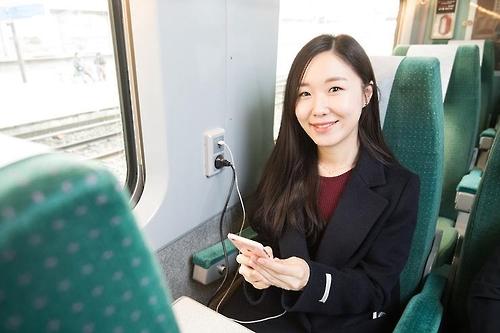KTX 열차 내 충전용 콘센트 [코레일 제공=연합뉴스]
