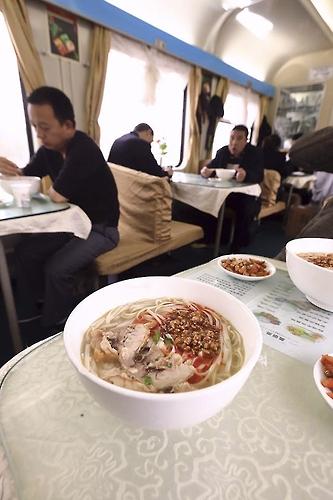 중국 기차 내부 식당에서 맛보는 쌀국수(성연재 기자)