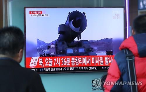 북한 탄도미사일 발사 뉴스를 보는 시민들