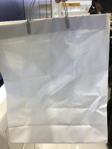롯데면세점의 흰색 봉투