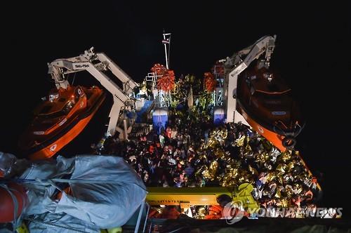 지중해에서 구조되는 난민들 [AFP=연합뉴스]