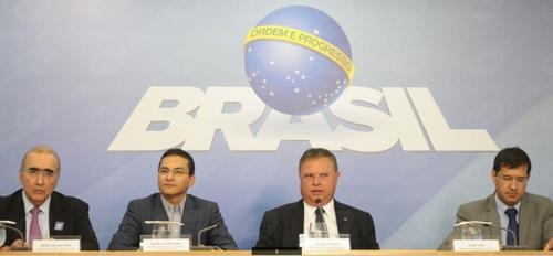 블라이루 마기 농업부 장관(오른쪽에서 두 번째)이 긴급 기자회견을 하고 있다.