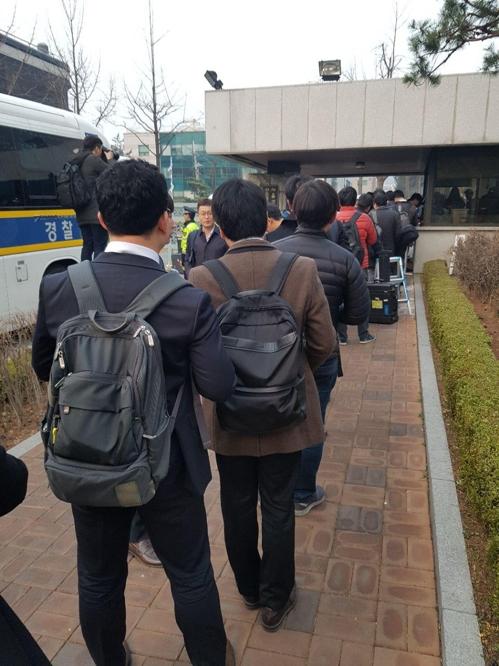출입비표 받아 중앙지검 청사에 진입하는 취재진