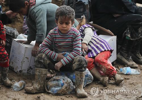 근심 어린 표정의 이라크 어린이