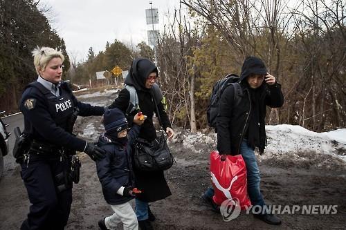 지난달 미국에서 캐나다로 불법 입국하는 난민들 [AFP=연합뉴스 자료사진]
