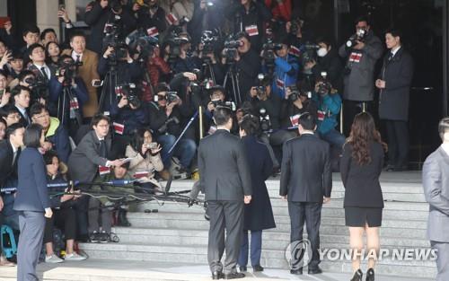 [박근혜 소환] 취재진 가득한 검찰 앞 박근혜