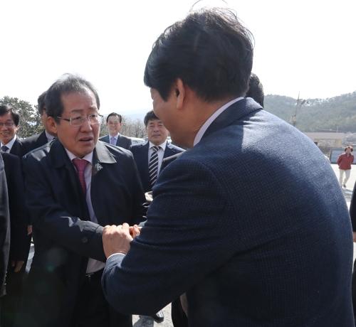 새만금 홍보관 방문한 홍준표 지사 [연합뉴스 자료사진]