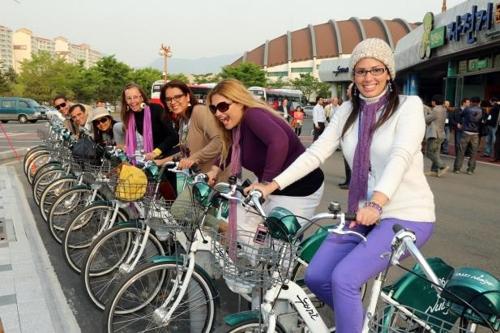 누비자 자전거 탄 외국인들. [창원시청 제공=연합뉴스]