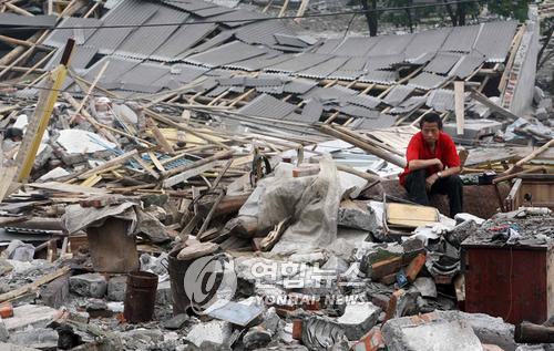 쓰촨 대지진 당시 무너진 집터위에서 망연자실 앉아있는 현지 주민의 모습[연합뉴스