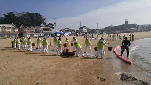 해양오염 방제 훈련 중인 자원봉사자들 [중부해양경비안전본부 제공=연합뉴스]