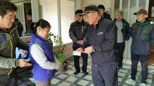 소방관들이 장애인 박모(44·여)씨에게 성금을 전달하는 모습