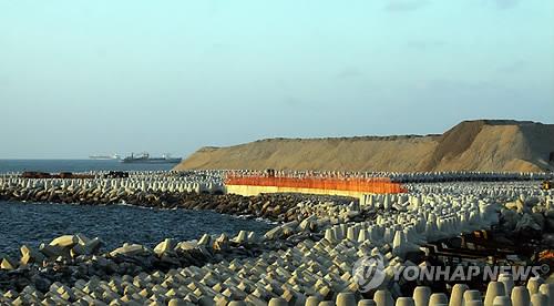 중국의 자본으로 건설 중인 스리랑카 남부 함반토타 항[EPA=연합뉴스 자료 사진]