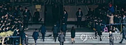검찰청 들어가는 박 전 대통령