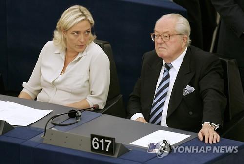 2009년 마린 르펜 FN 대표와 아버지 장마리 르펜 FN 명예총재가 함께 있는 모습.