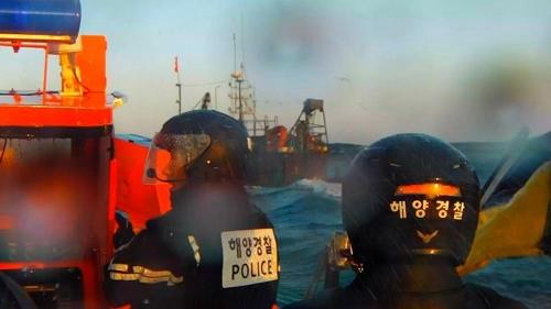 정선명령 내리는 해경 대원들 [태안해경 제공=연합뉴스]
