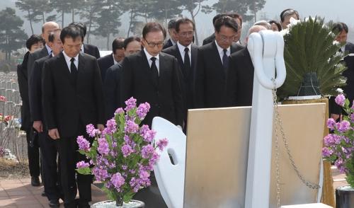 '천안함 용사' 참배하는 이명박 전 대통령
