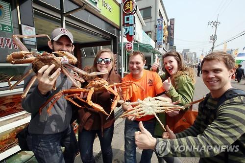 영덕 대게 축제에 참가한 외국인들이 즐거워하고 있다[연합뉴스 자료사진]