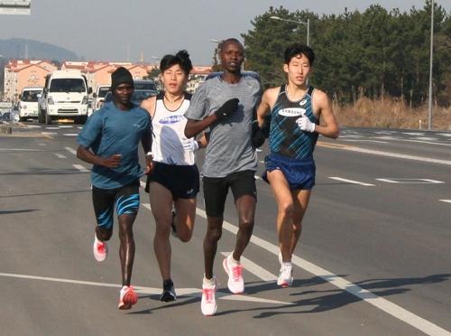케냐 선수들과 훈련하는 손명준