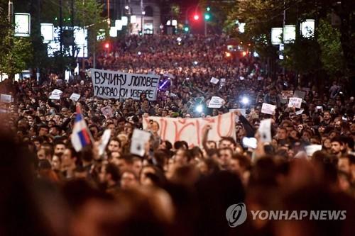 부치치 대통령 당선인에 반대하는 대규모 시위