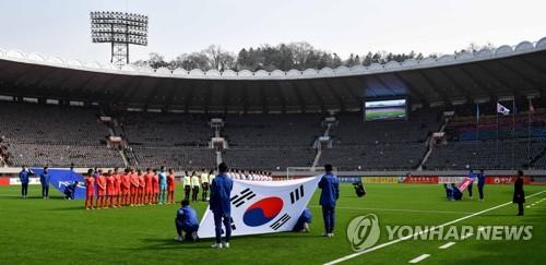 태극기 펼쳐진 김일성경기장