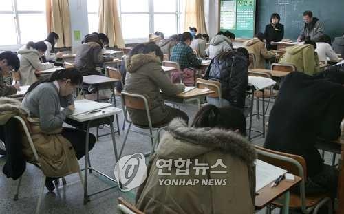 중등교사 임용시험 치르는 수험생들[연합뉴스 자료사진]