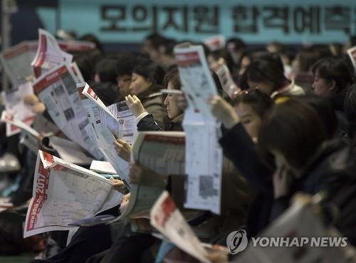 입시설명회에 몰린 학부모들[연합뉴스 자료사진]