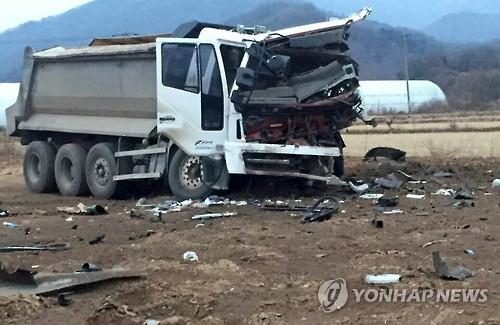 대전차 지뢰 폭발로 심하게 훼손된 덤프트럭