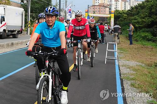 자전거 타는 이창희 진주시장[연합뉴스 자료사진]