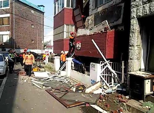 무너진 연립주택 베란다…작업자 1명 사망