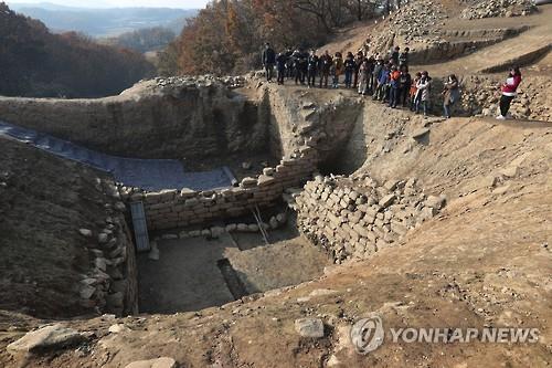 지난해 11월 공개된 파주 덕진산성의 집수지 유적. [연합뉴스 자료사진]