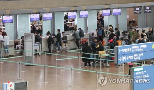 한산한 인천국제공항 중국 항공사 카운터
