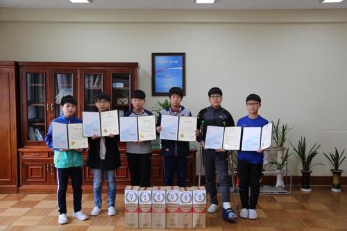 표창받은 초등학생들이 기념찰영을 하고 있다. [부산 사하소방서 제공 =연합뉴스]