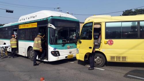 사고난 시내버스와 유치원 통학버스 차량.