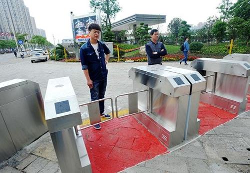 중국 우한시의 교차로 차단장치